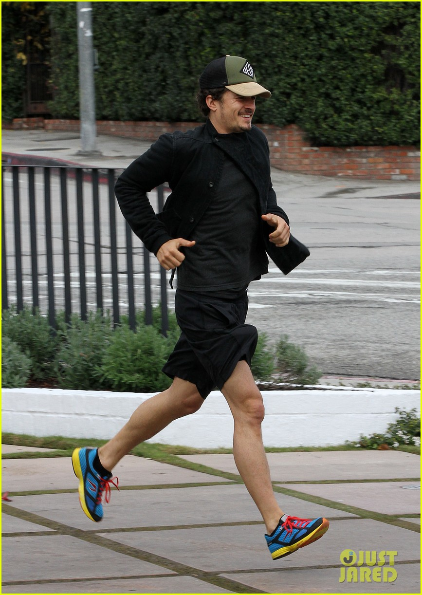 orlando bloom sprints to his car after shopping 05