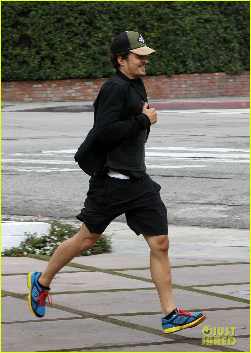 orlando bloom sprints to his car after shopping 102782189