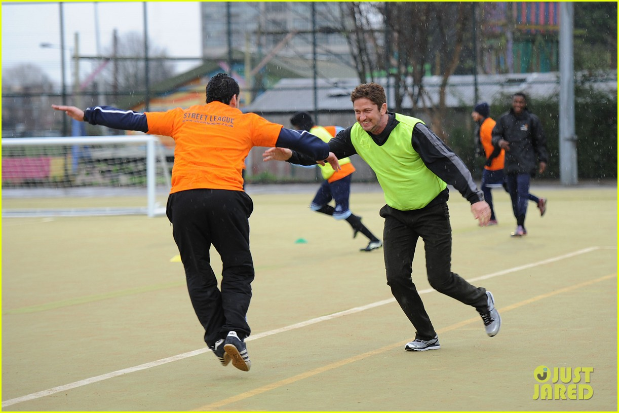 gerard butler street league charity soccer training 02
