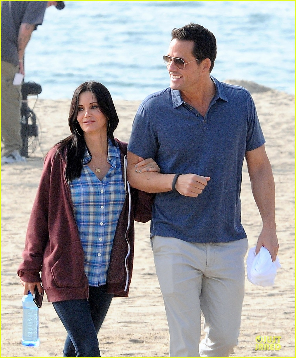 courteney cox cougar town set with josh hopkins 02