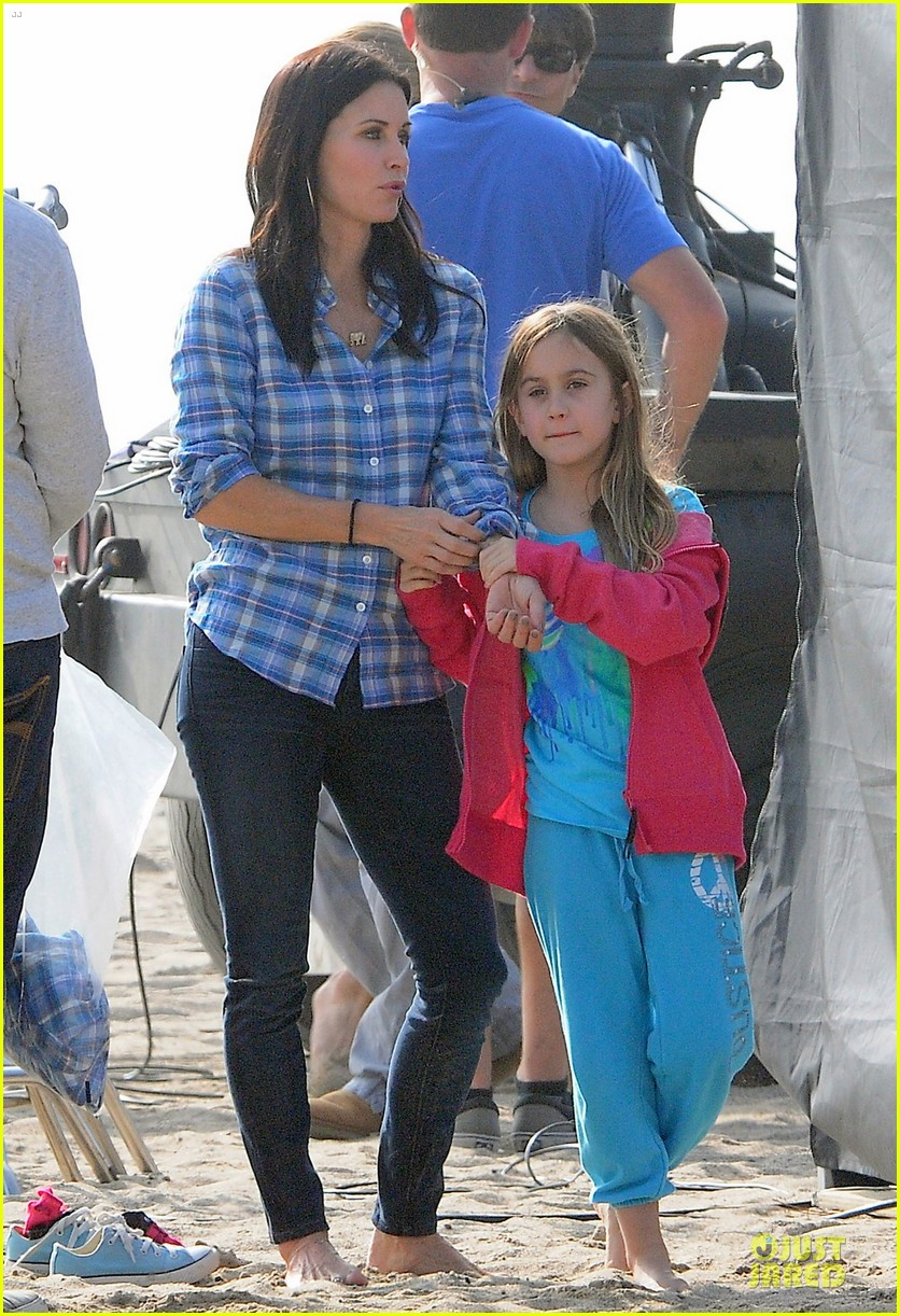 courteney cox cougar town set with josh hopkins 03