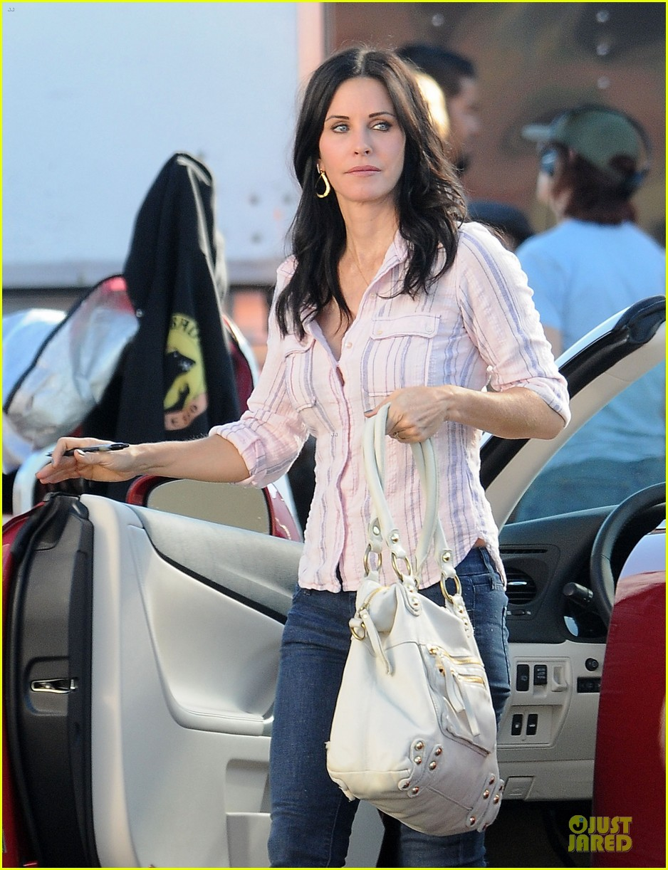 courteney cox cougar town set with josh hopkins 04