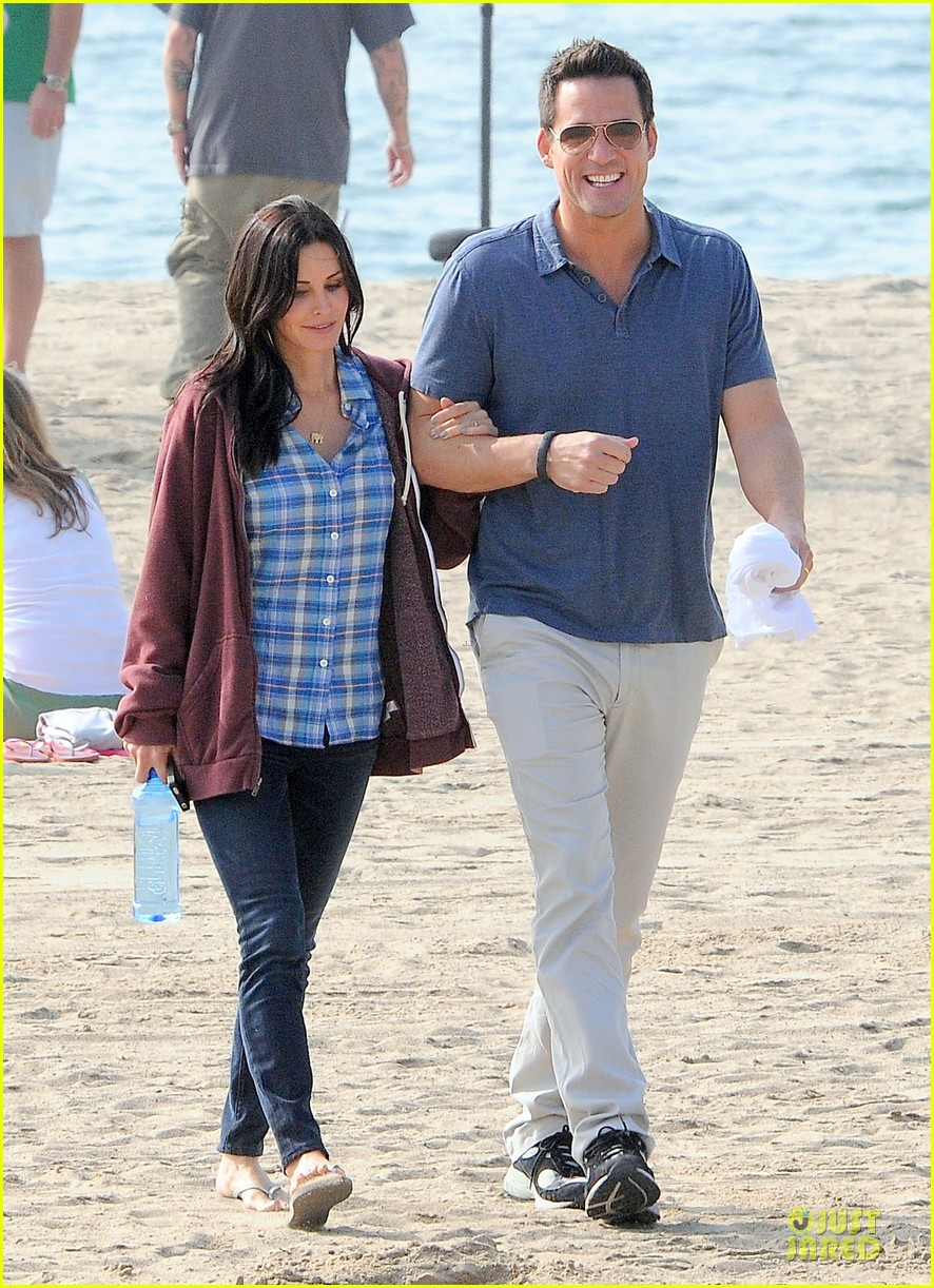 courteney cox cougar town set with josh hopkins 08