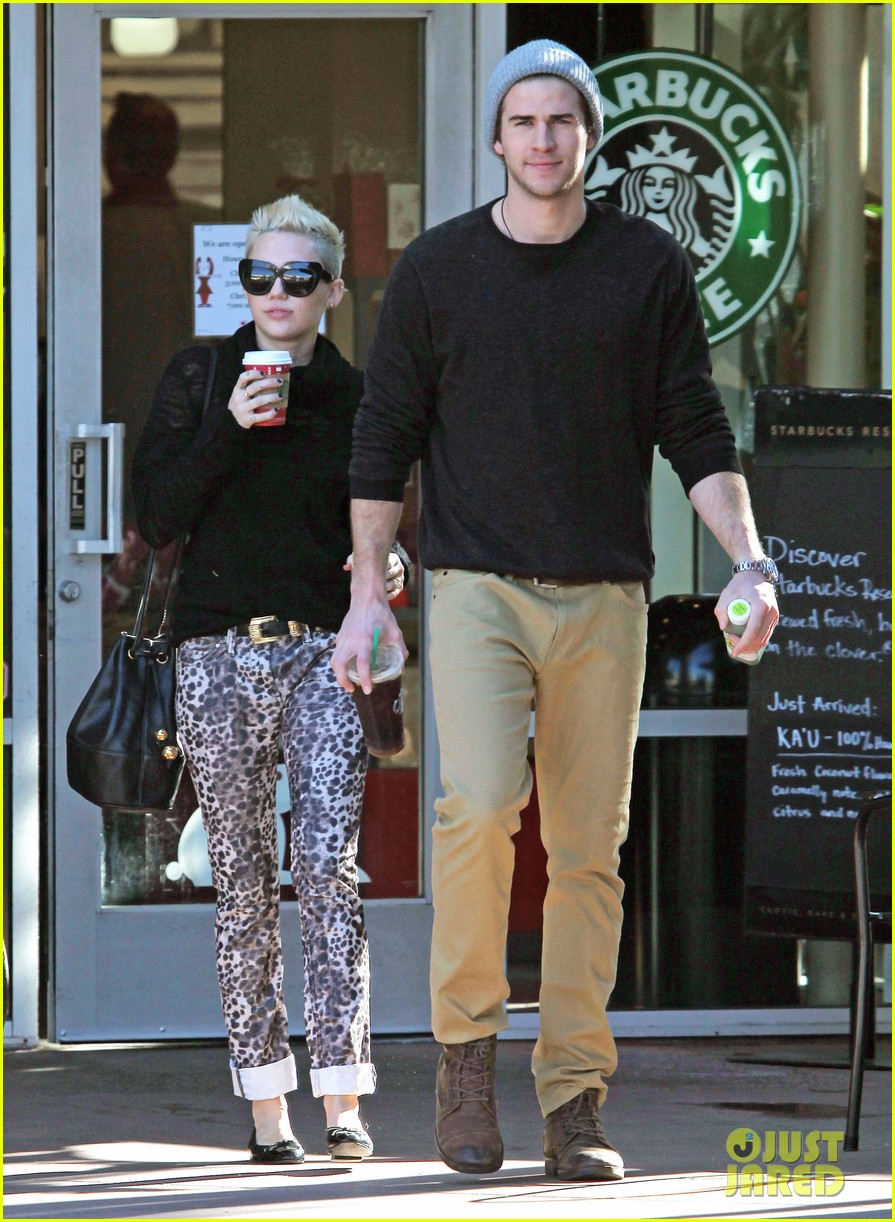 miley cyrus liam hemsworth holding hands at starbucks 03