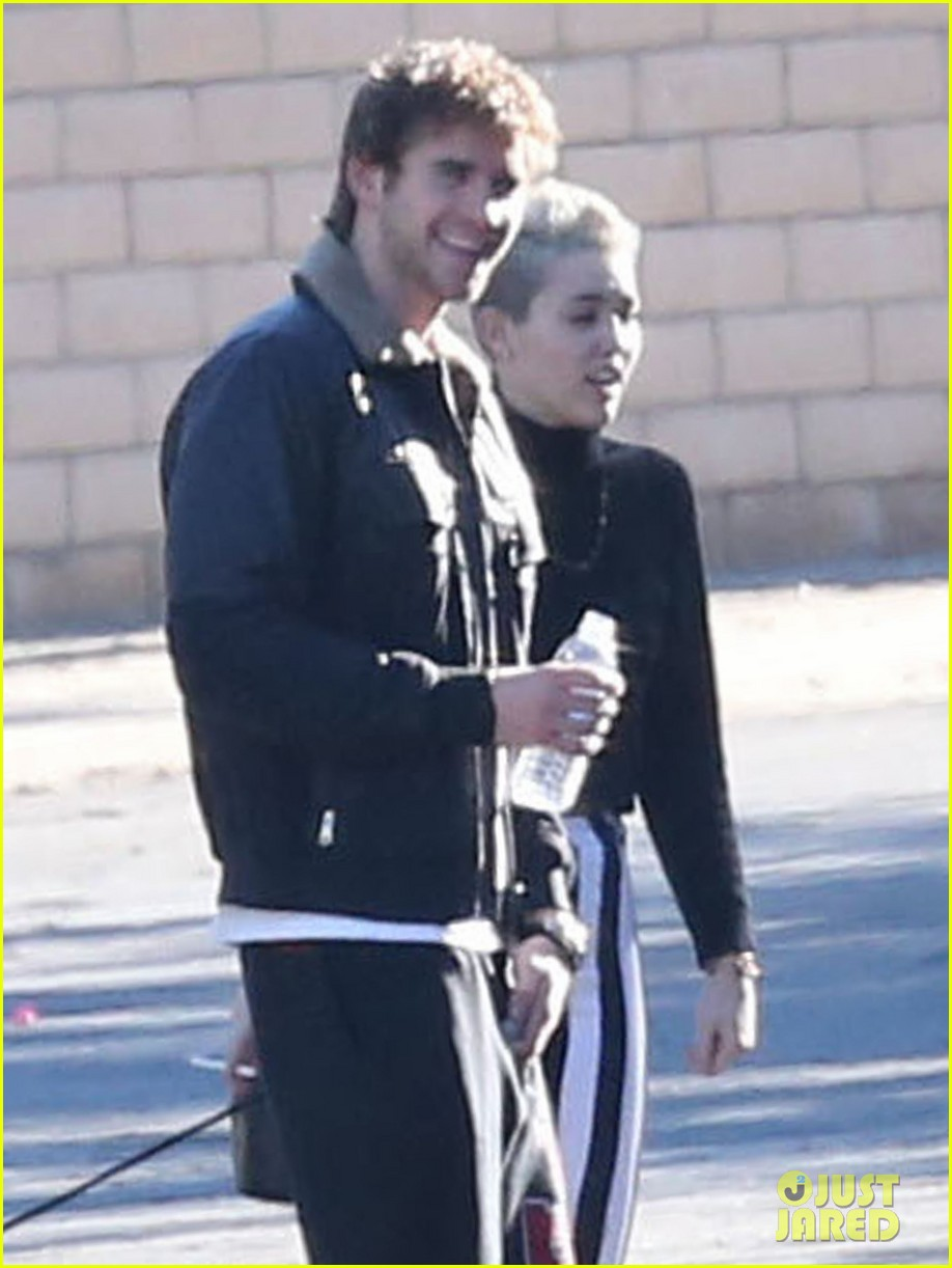 miley cyrus liam hemsworth post christmas family gathering 08