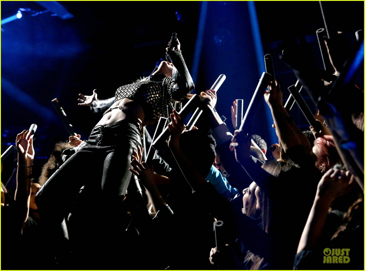 miley cyrus vh1 divas performance watch now 01