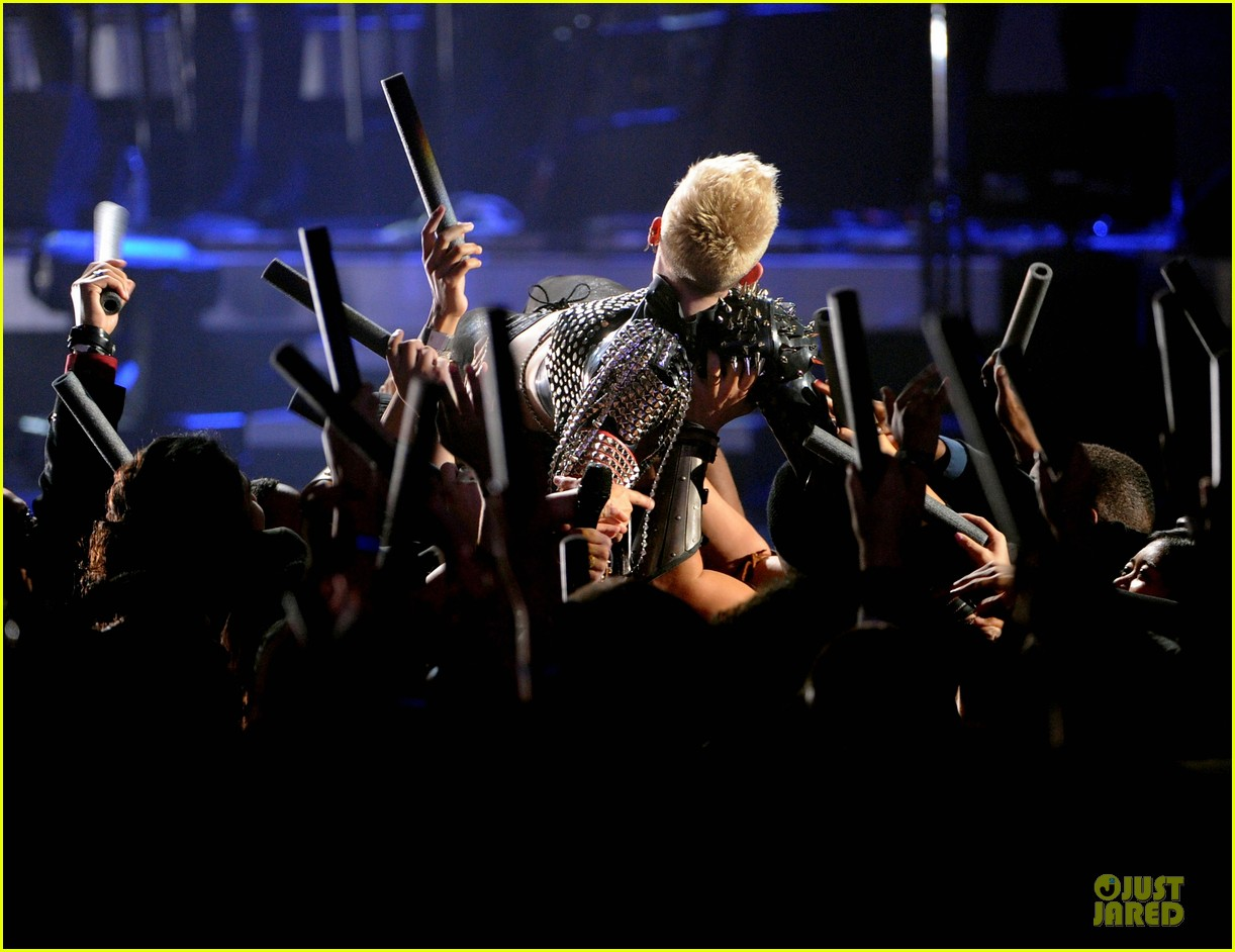 miley cyrus vh1 divas performance watch now 28