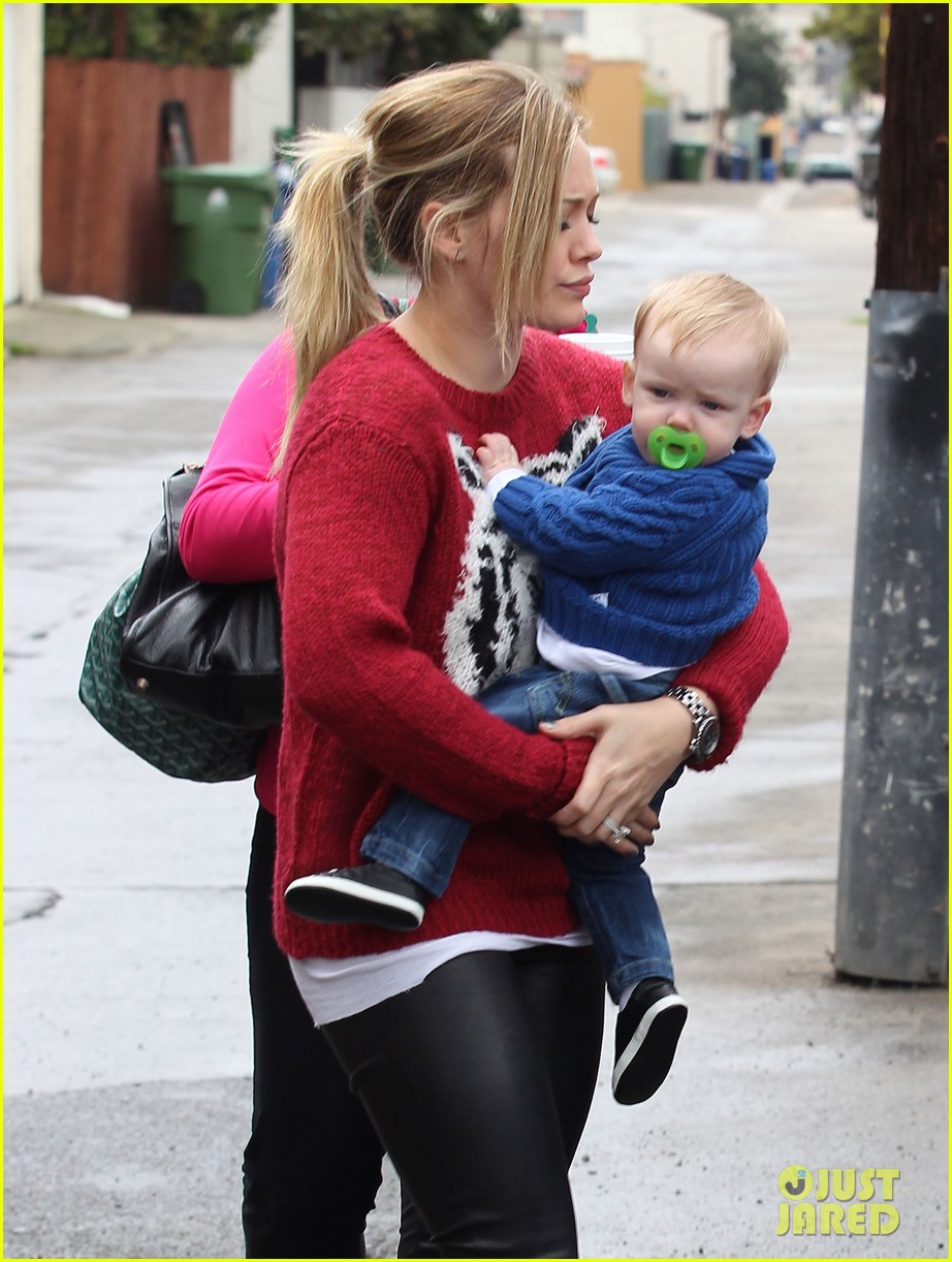 hilary duff babys first class with luca 04