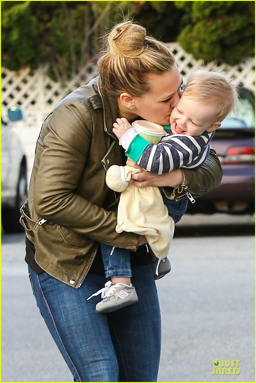 hilary duff & mike comrie grocery store kisses for luca 02