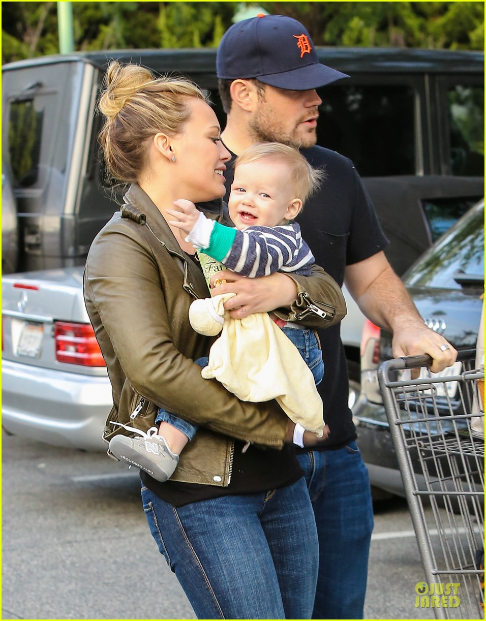 hilary duff & mike comrie grocery store kisses for luca 04