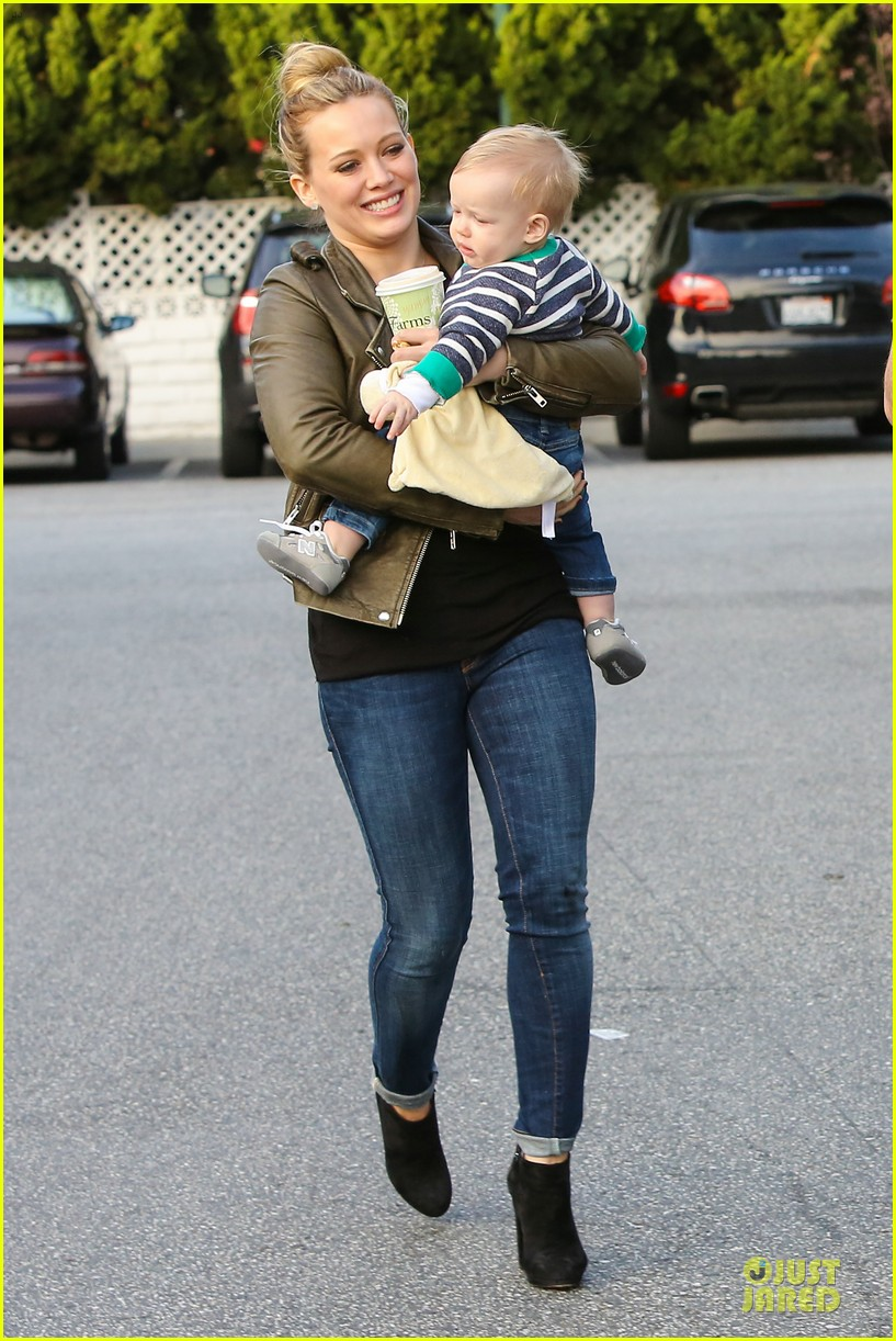 hilary duff & mike comrie grocery store kisses for luca 24