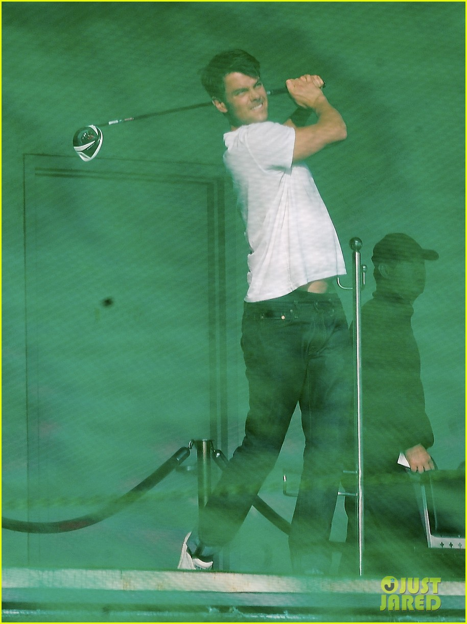josh duhamel practices golf swing on youre not you set 202770214