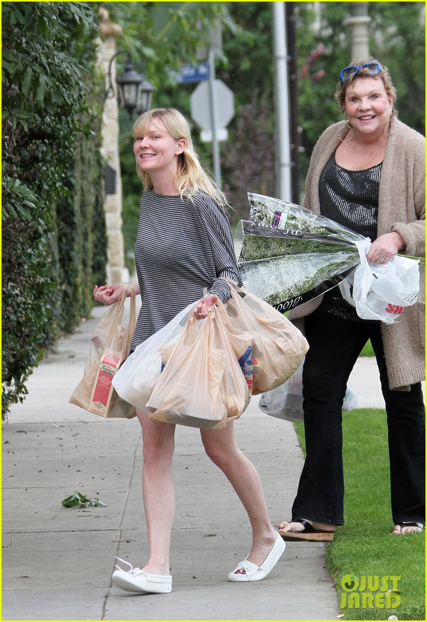 kirsten dunst christmas shopping with mom inez 01