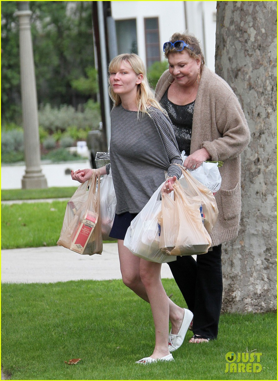 kirsten dunst christmas shopping with mom inez 02