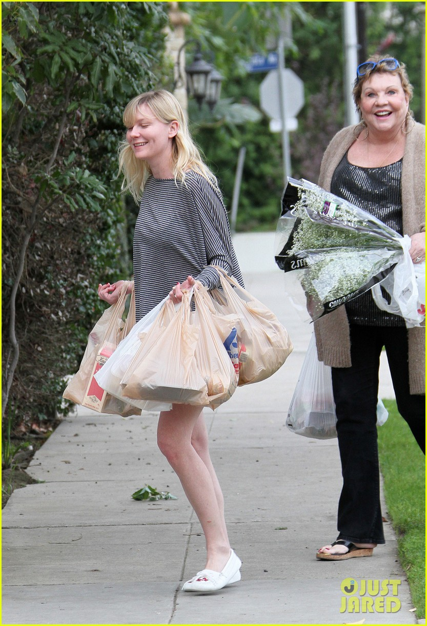 kirsten dunst christmas shopping with mom inez 03