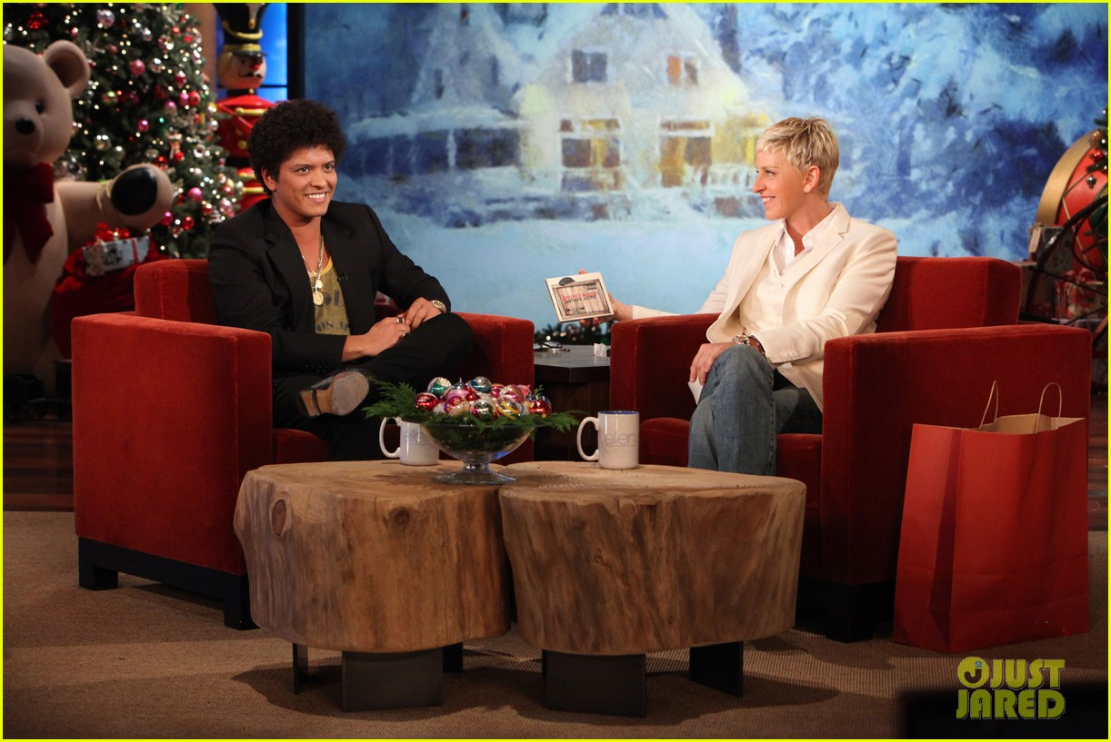 ellen degeneres dedicates show to newtown shooting victims 042777928