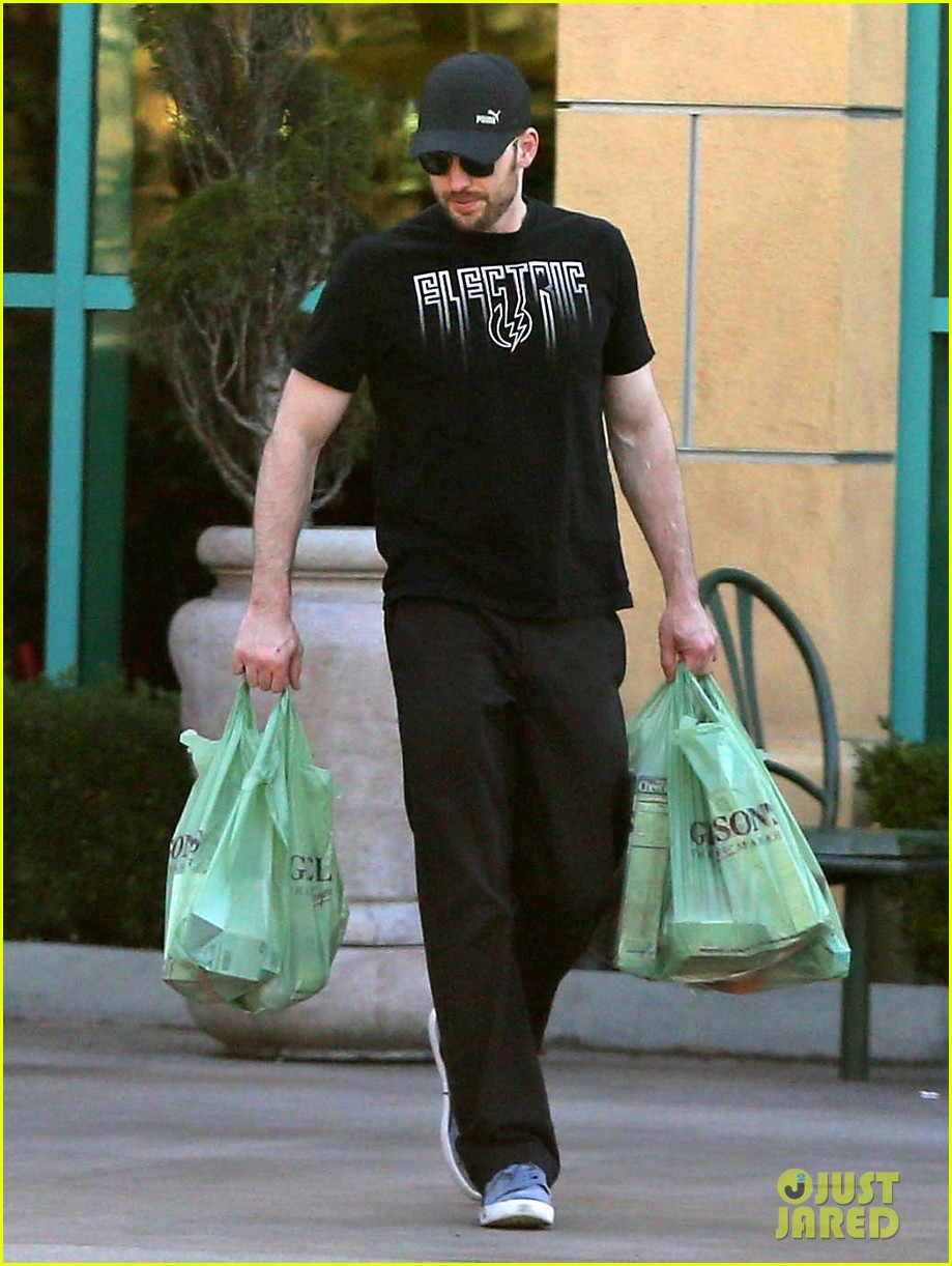 chris evans goes grocery shopping minka kelly works out 08