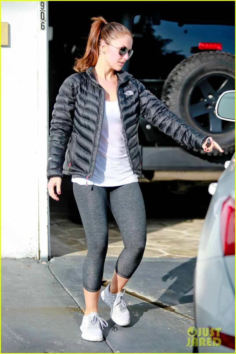 chris evans goes grocery shopping minka kelly works out 30