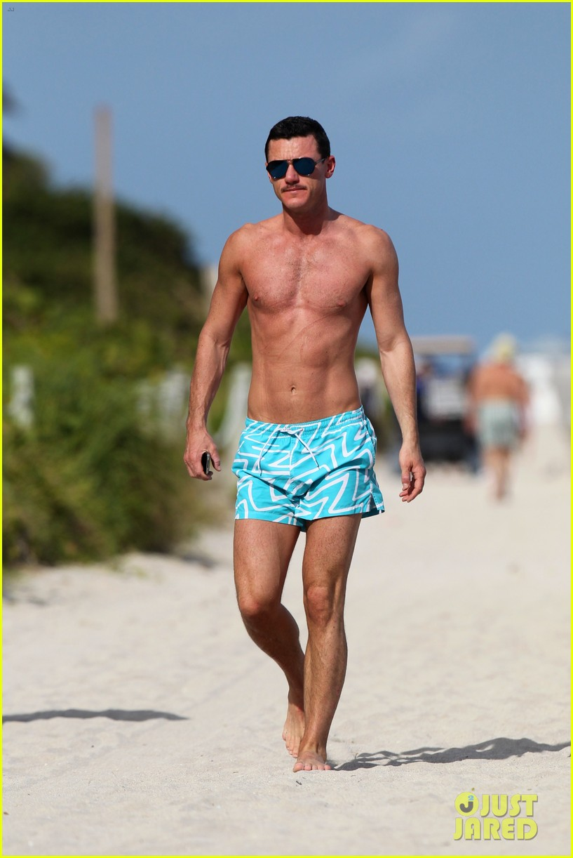 luke evans shirtless on miami beach 01