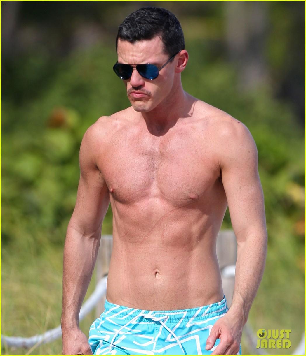 luke evans shirtless on miami beach 04