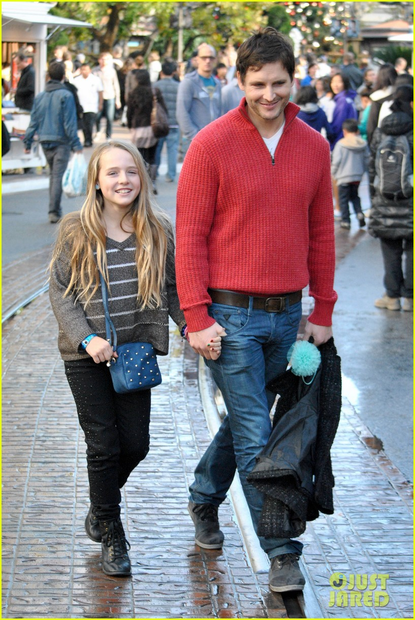peter facinelli christmas eve shopping with lola 04