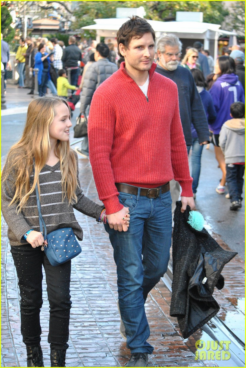 peter facinelli christmas eve shopping with lola 102780775
