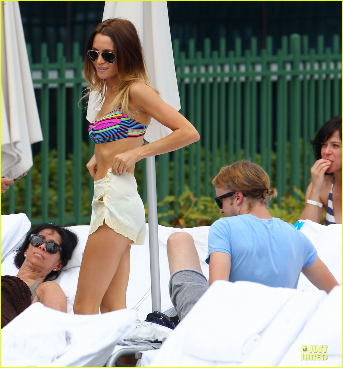 tom felton poolside with jade olivia 01