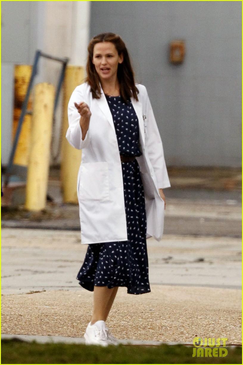 jennifer garner wears lab coat on buyers club set 12