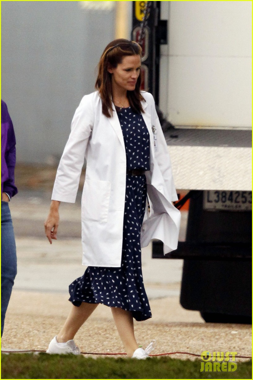 jennifer garner wears lab coat on buyers club set 13