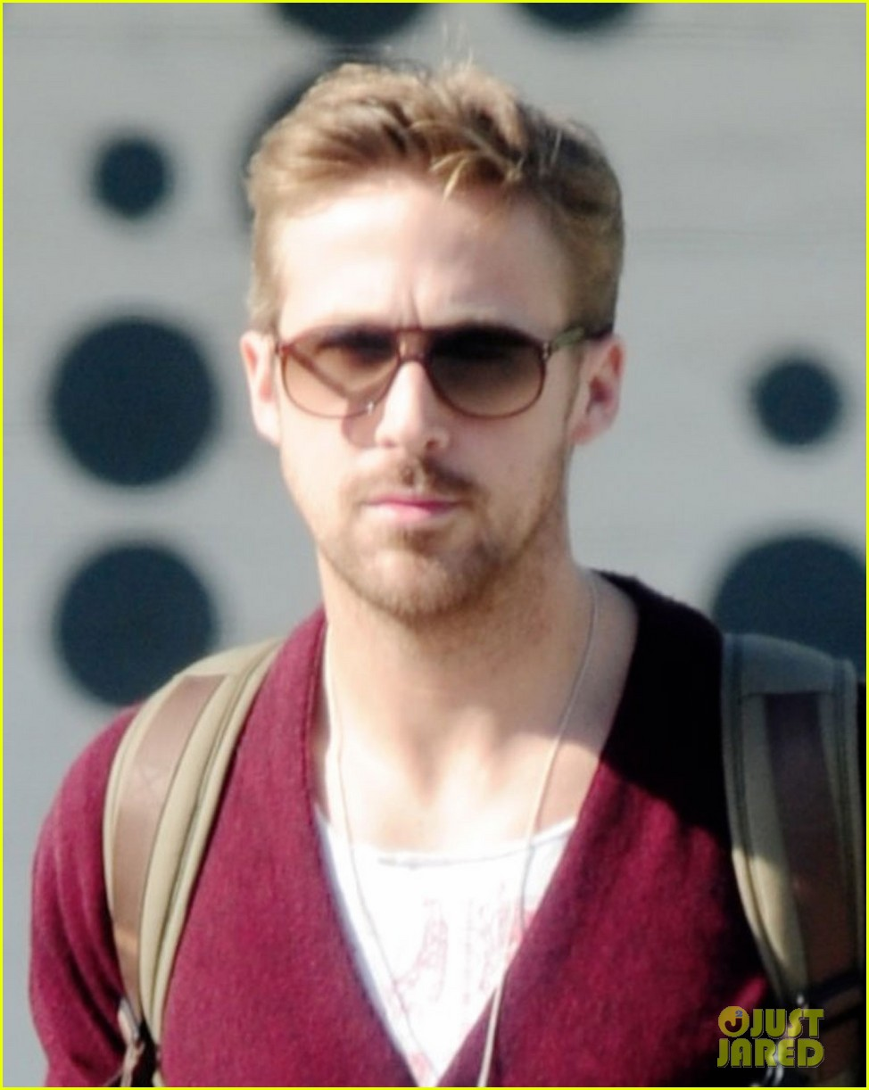 ryan gosling wears new sweater for breakfast 03