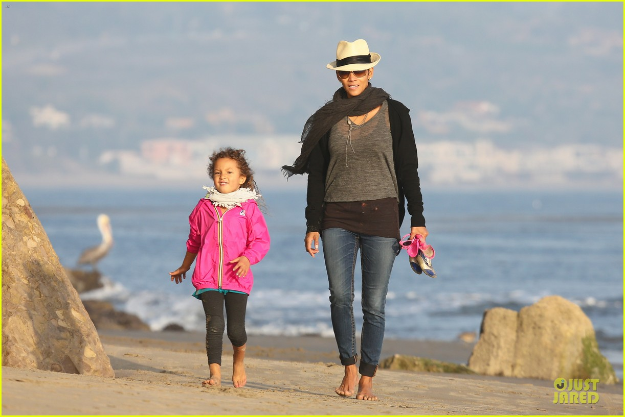 halle berry beach strolling duo 02