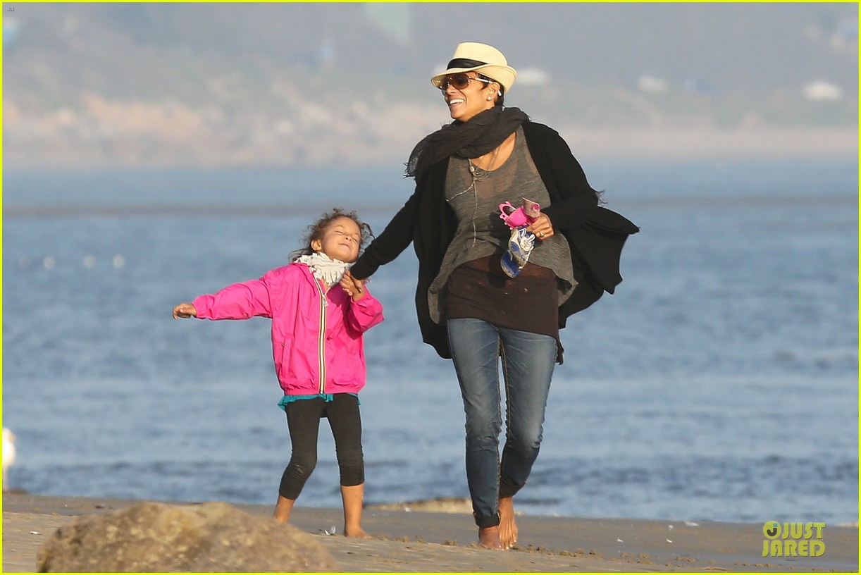halle berry beach strolling duo 07