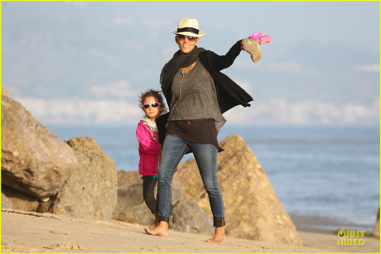 halle berry beach strolling duo 08