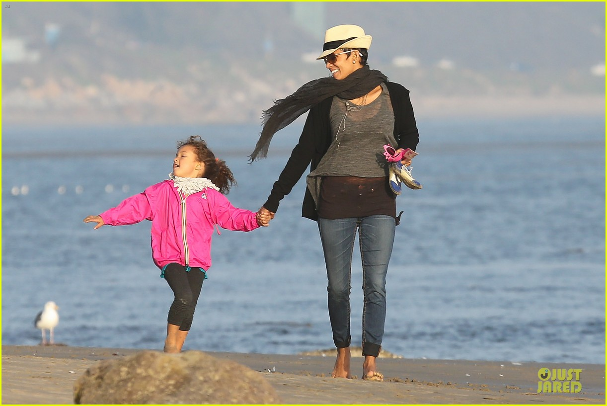 halle berry beach strolling duo 09