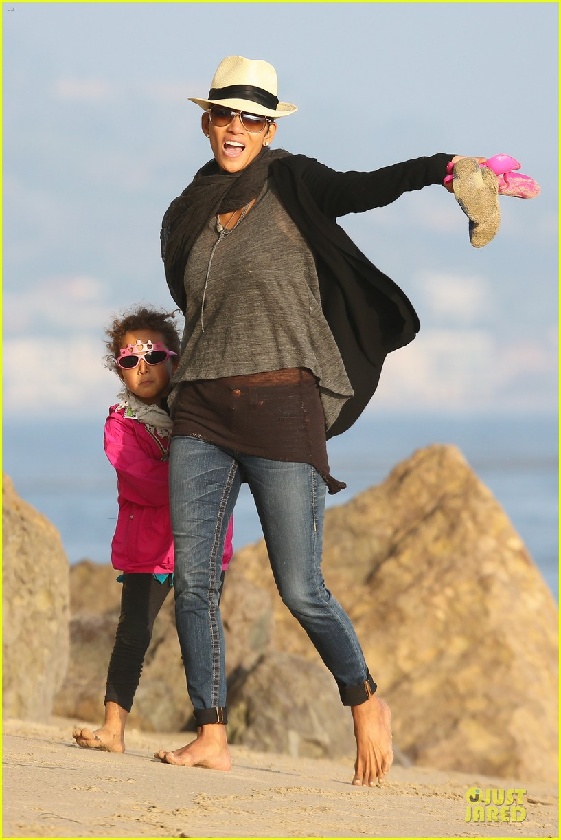 halle berry beach strolling duo 26