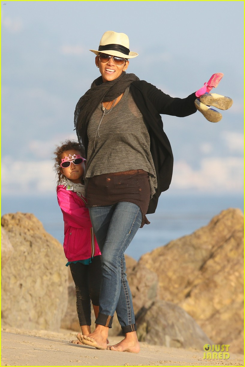 halle berry beach strolling duo 28