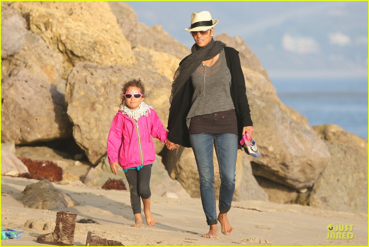 halle berry beach strolling duo 29