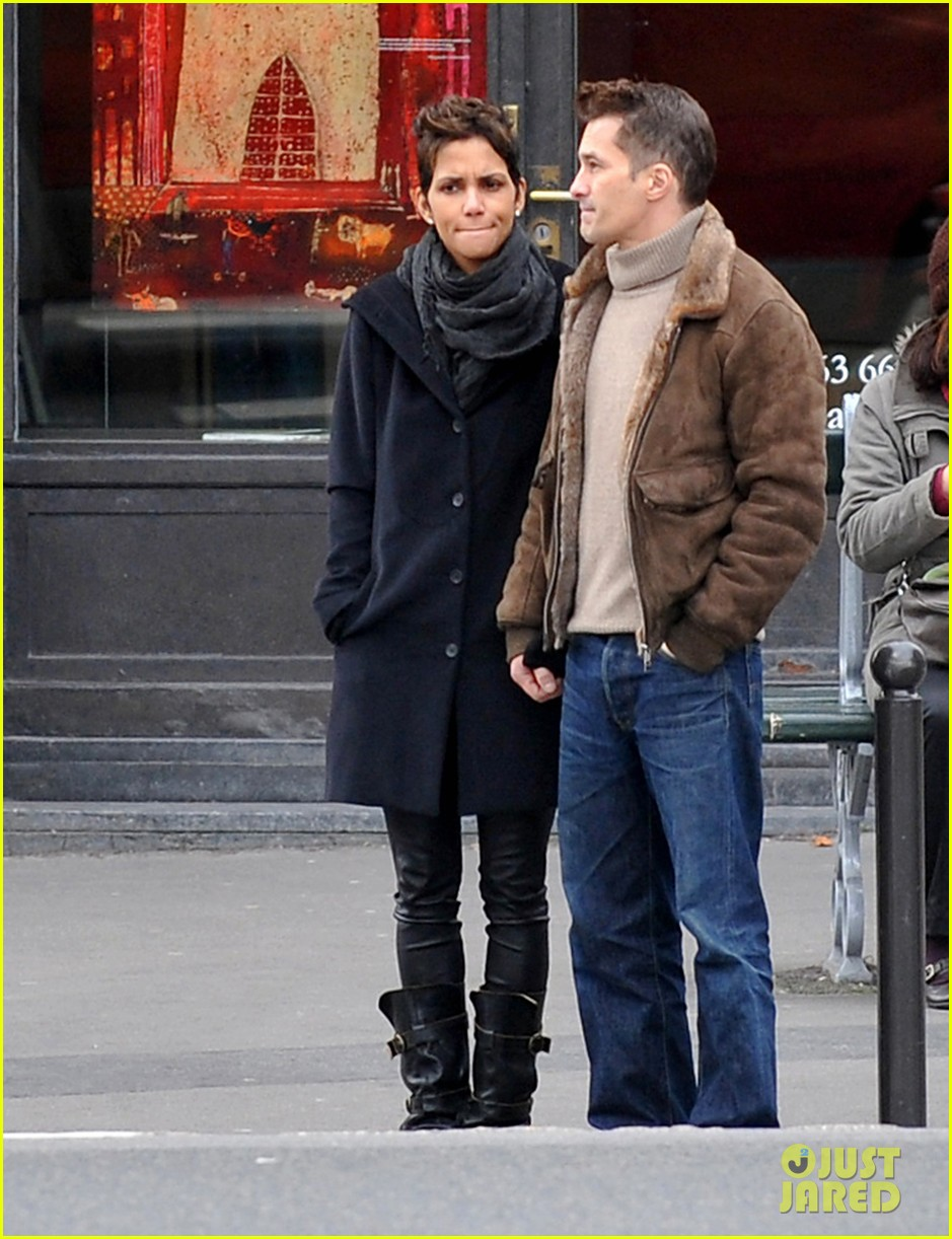 halle berry olivier martinez hold hands in paris 01