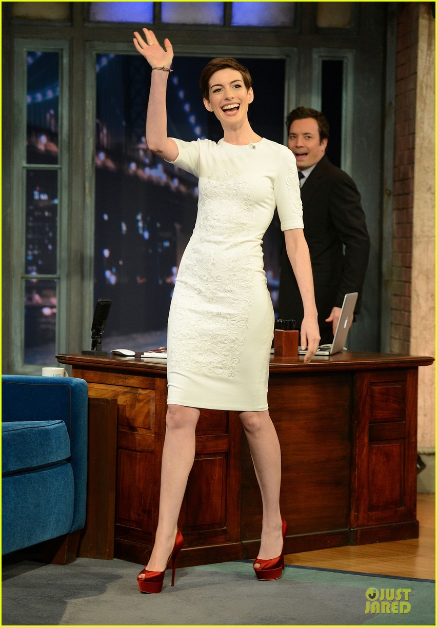anne hathaway late night with jimmy fallon appearance 05