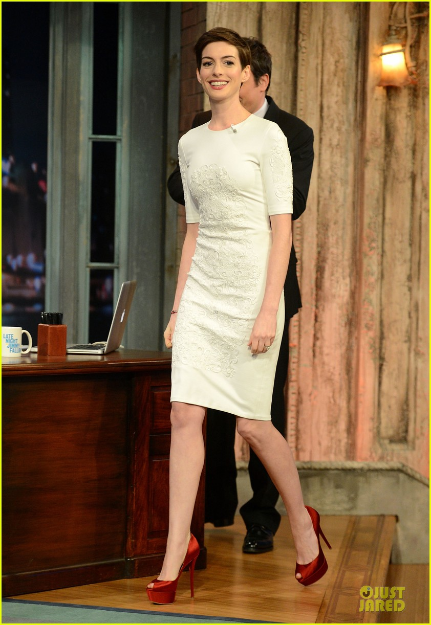 anne hathaway late night with jimmy fallon appearance 10