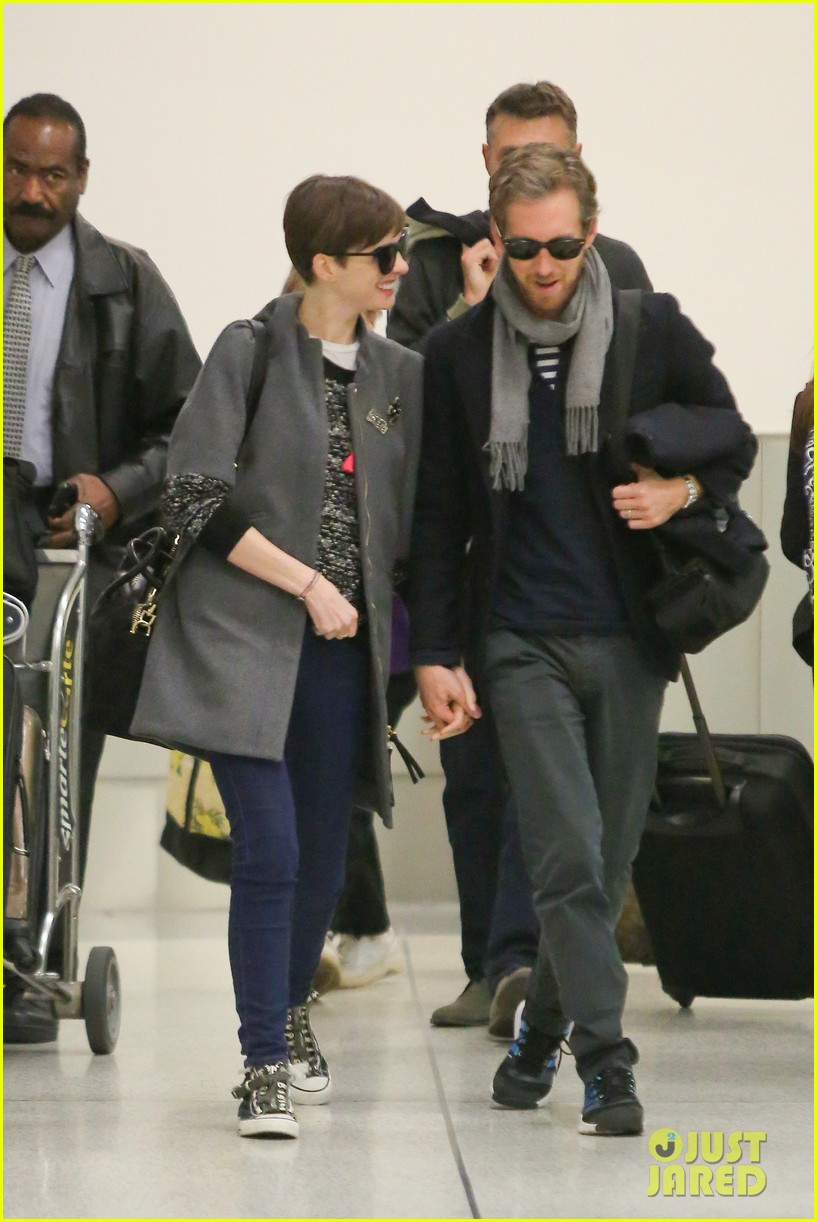 anne hathaway adam shulman hold hands after wardrobe malfunction 10
