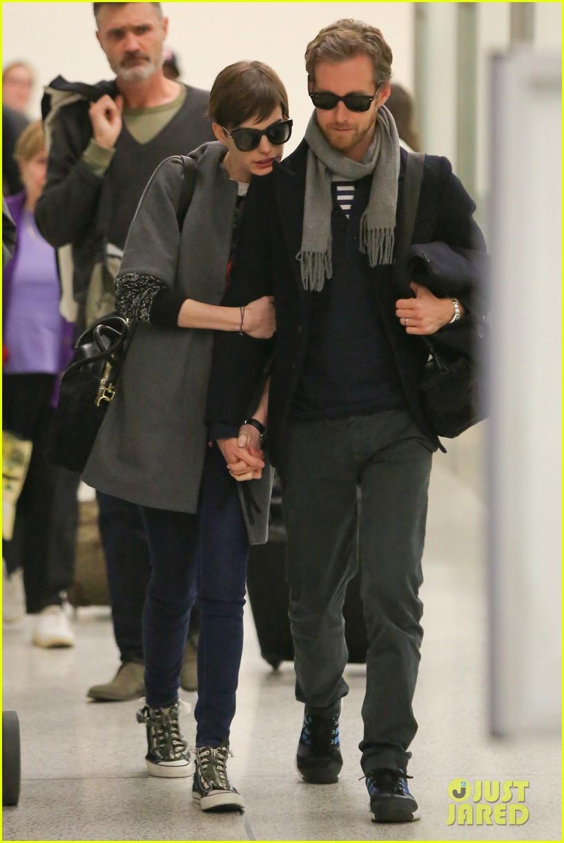 anne hathaway adam shulman hold hands after wardrobe malfunction 16