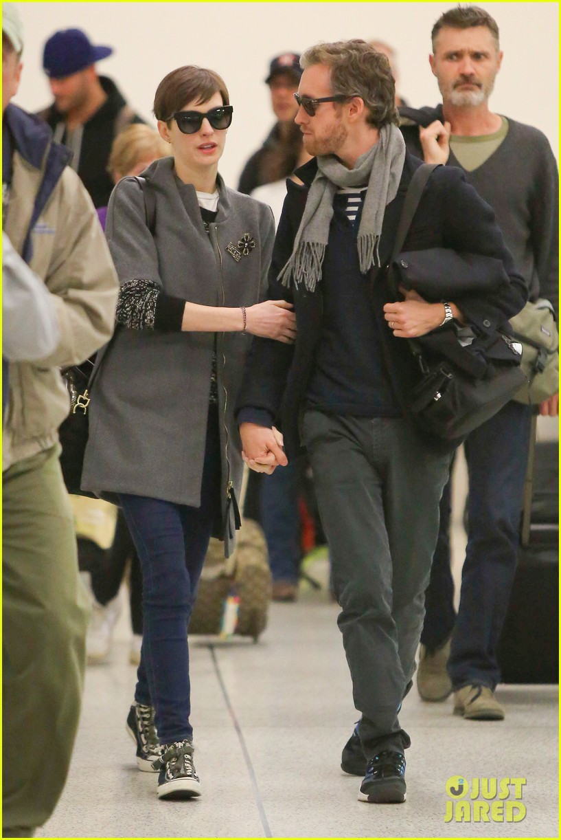 anne hathaway adam shulman hold hands after wardrobe malfunction 19
