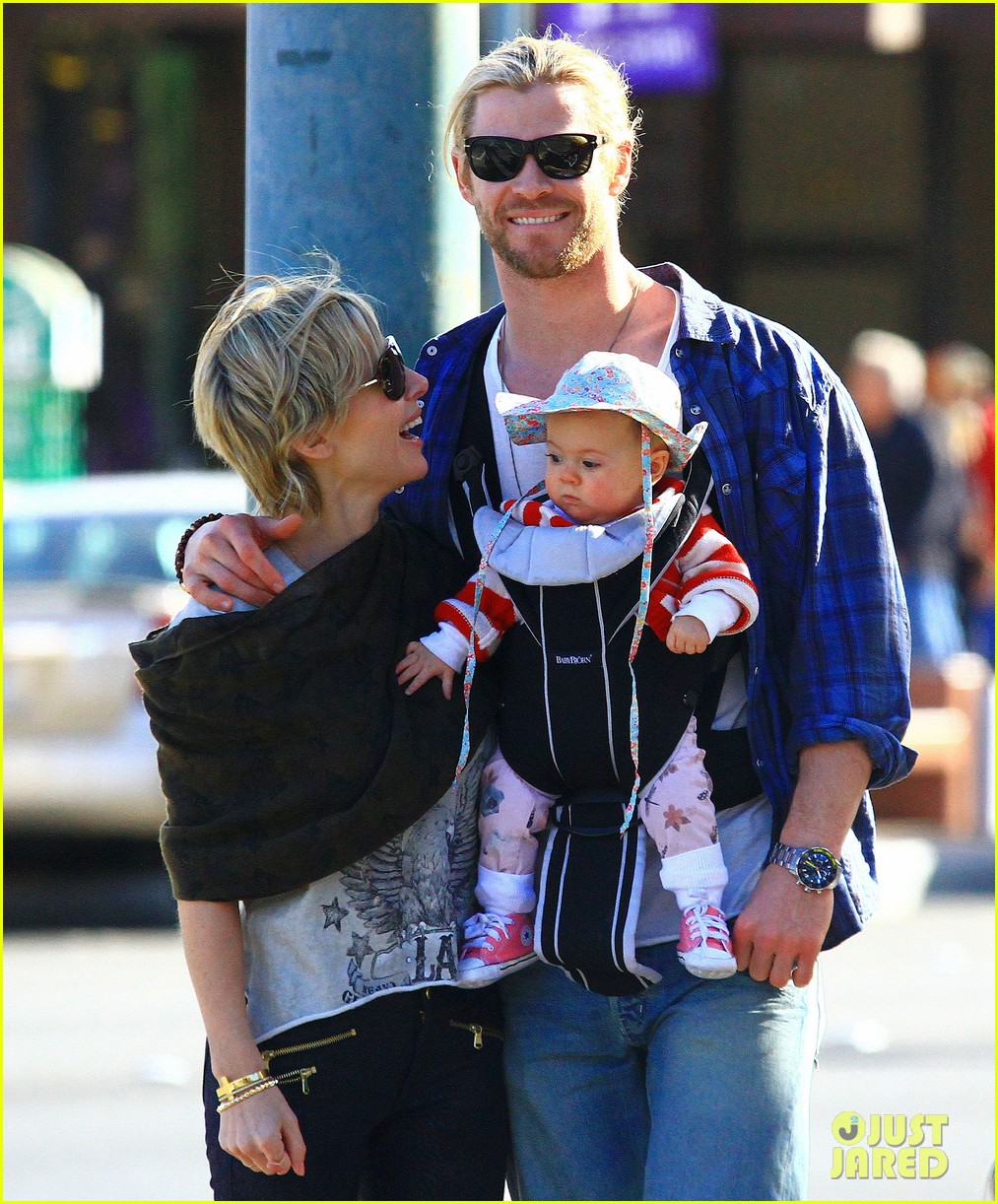 chris hemsworth elsa pataky palm springs stroll with india 04