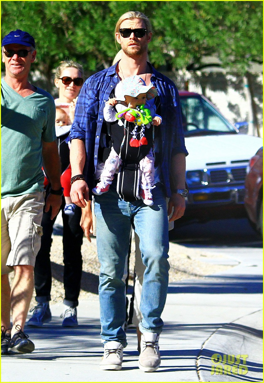 chris hemsworth elsa pataky palm springs stroll with india 07
