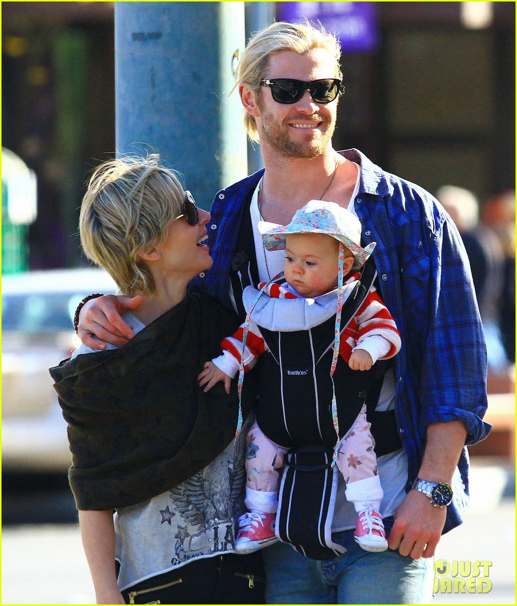 chris hemsworth elsa pataky palm springs stroll with india 23