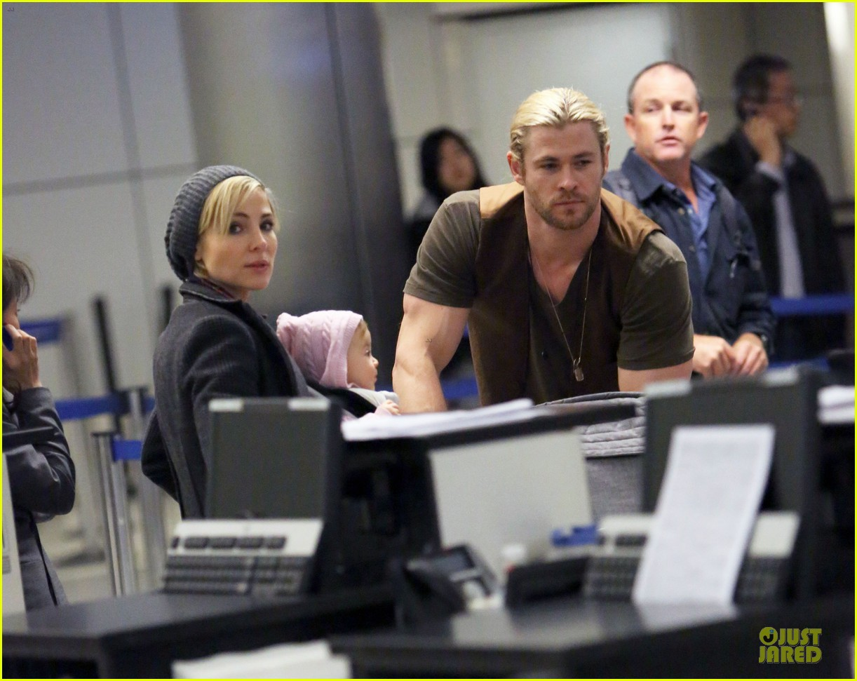 chris hemsworth & elsa pataky los angeles landing with india 15