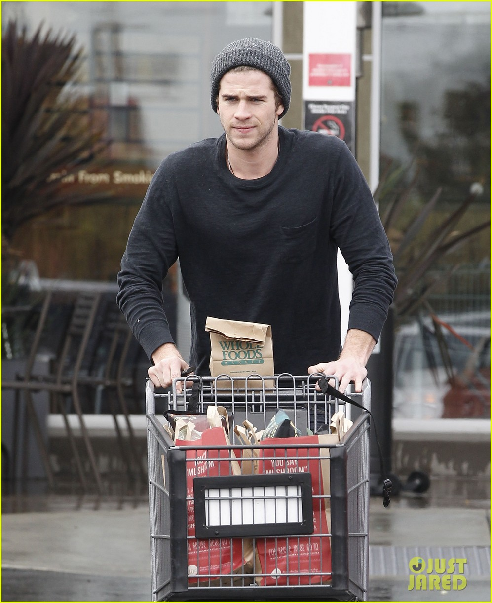 chris liam hemsworth christmas eve dinner shopping 02