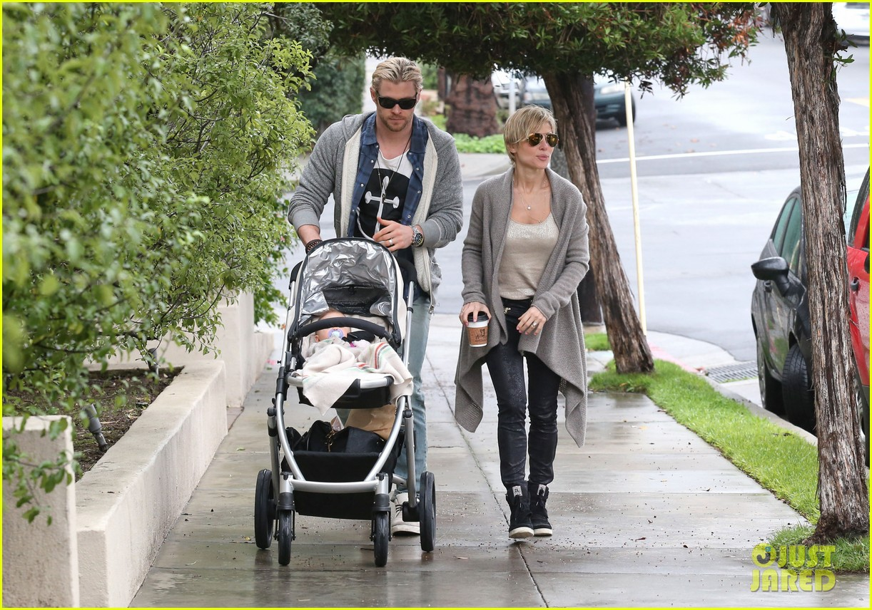 chris liam hemsworth christmas eve dinner shopping 13