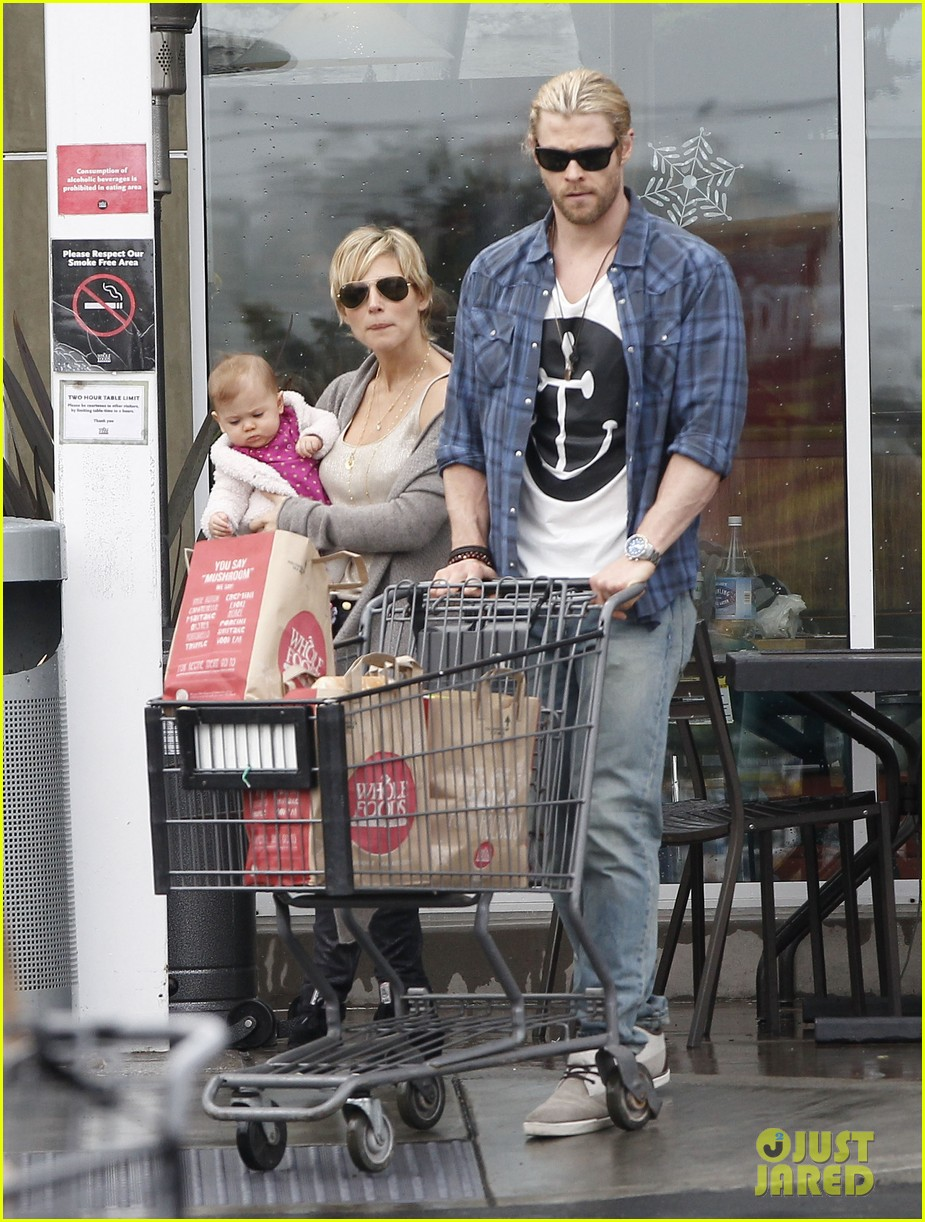 chris liam hemsworth christmas eve dinner shopping 25